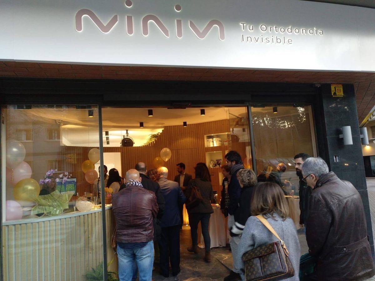 Exterior clínica MINIM especializada en Invisalign, el día de la inauguración.