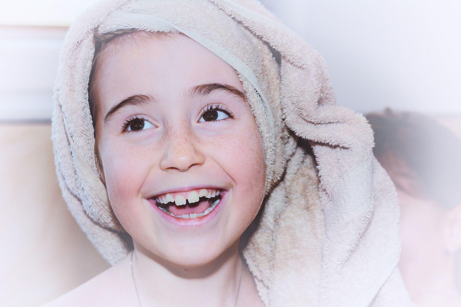 niño de 9 años sonriendo