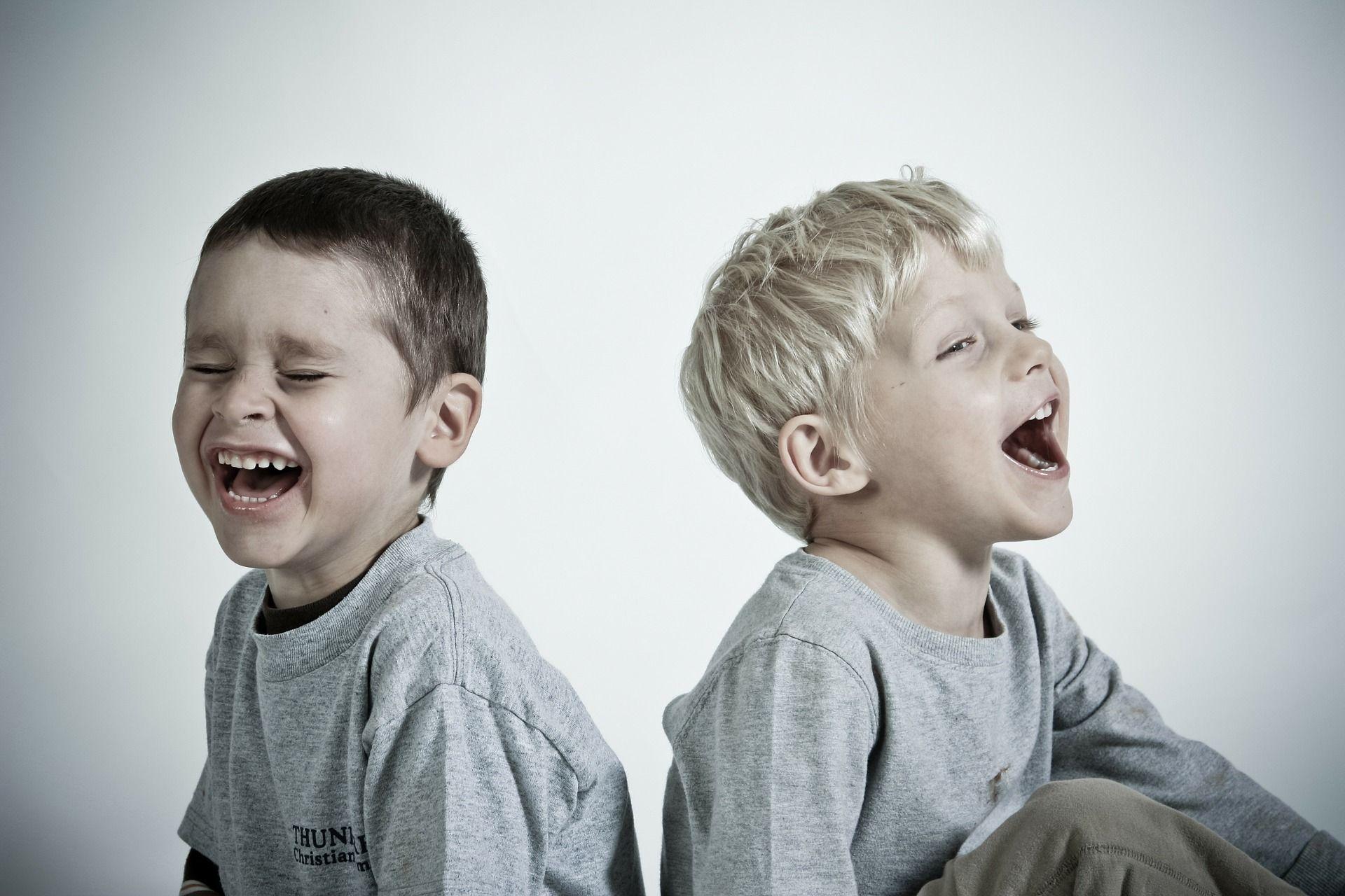Niños sonriendo sin ortodoncia
